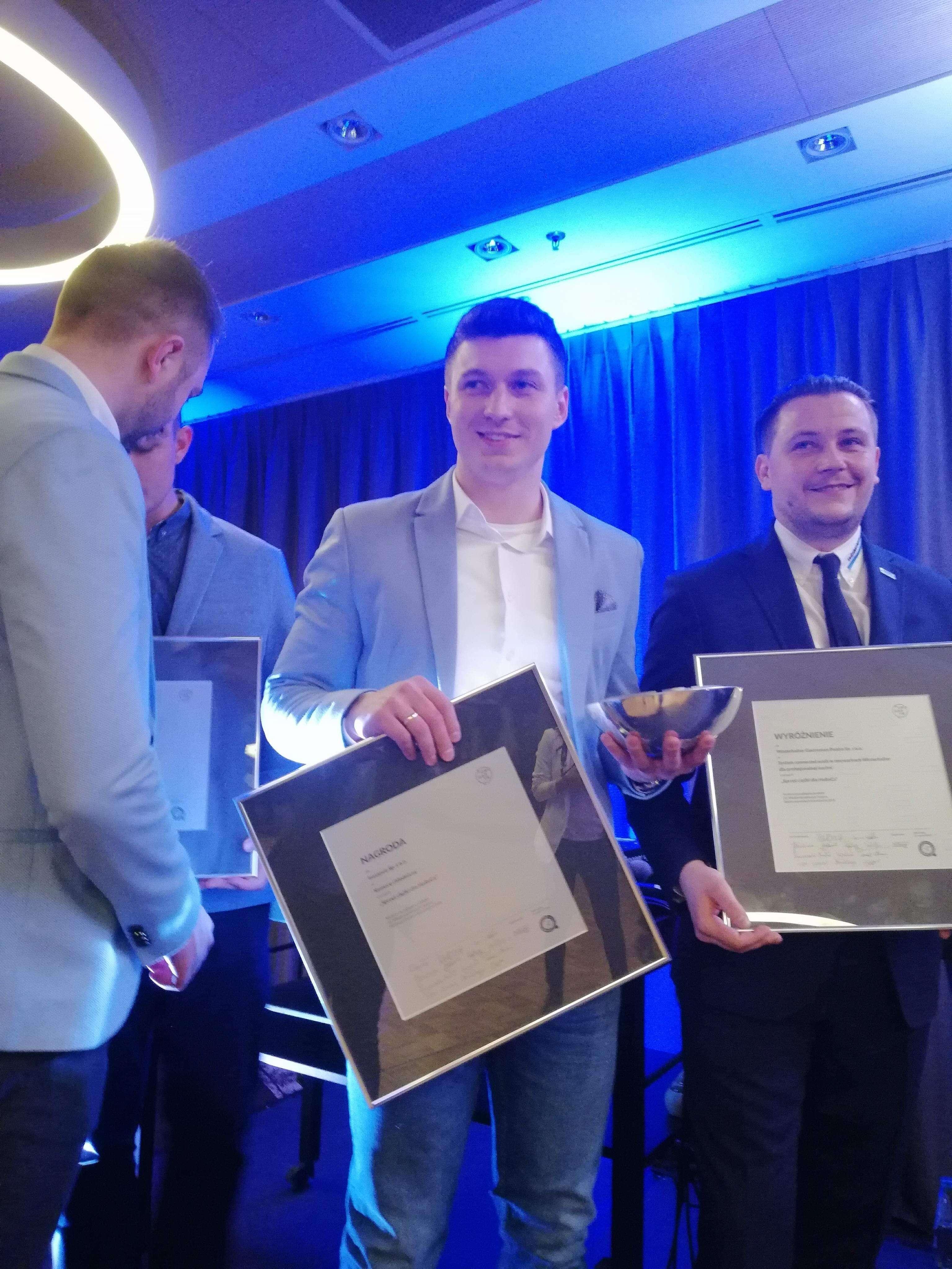 prezes Jacek Polcyn odbierający nagrodę dla komory chłodniczej