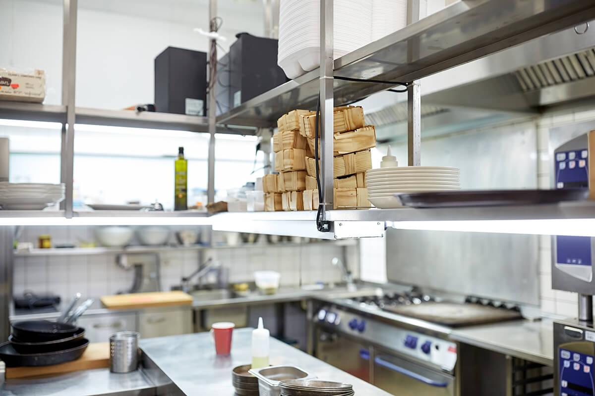 meble kuchenne w restauracji ze stali nierdzewnej