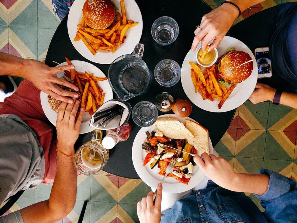 biznes gastronomiczny ludzie jedzący w restauracji