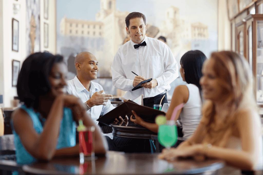 kelner przyjmujący zamówienie w restauracji