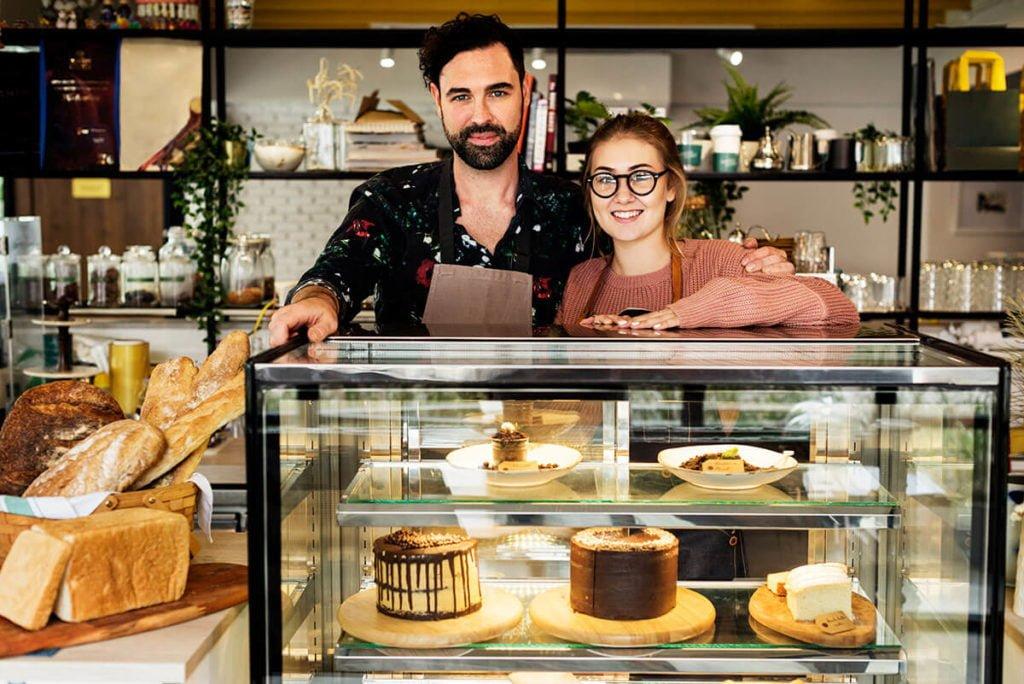 prezentacja ciast w cukierni w witrynie chłodniczej